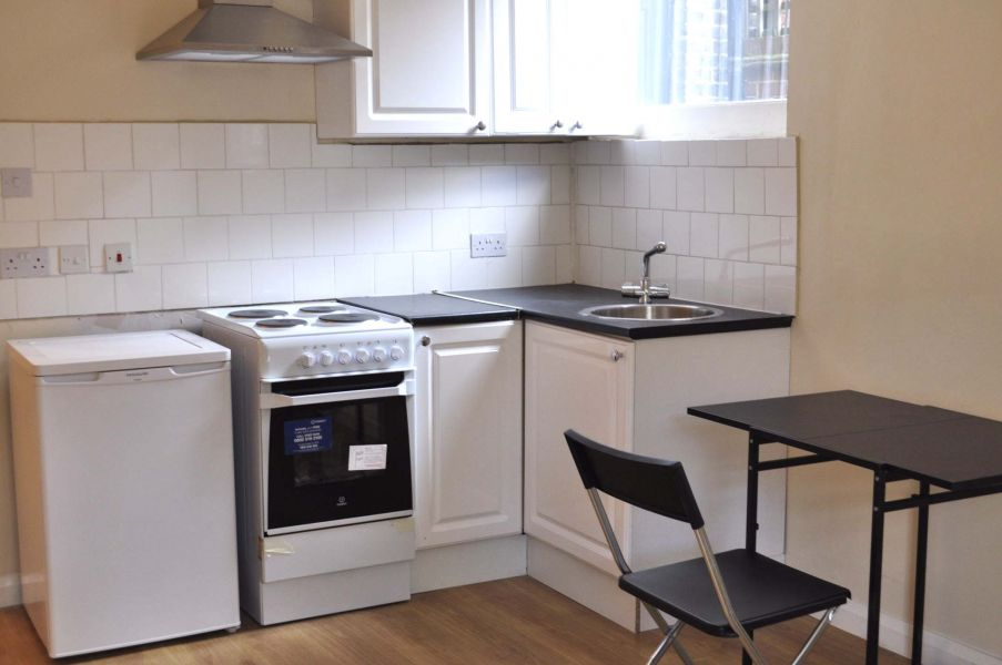 £225 / w - Spacious studio flat with shared patio close to Hammersmith station