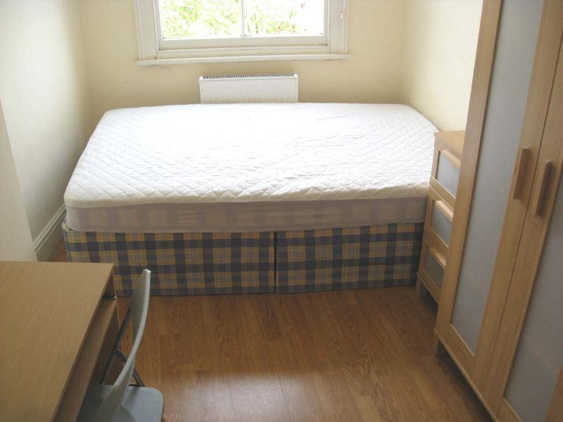 £185 / w - Bright double studio flat close to Hammersmith station available in March
