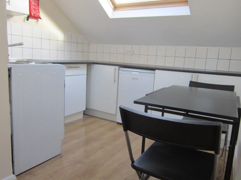 £300pw - Bright and great located 2 bed flat with eat-in kitchen mins from Hammersmith station